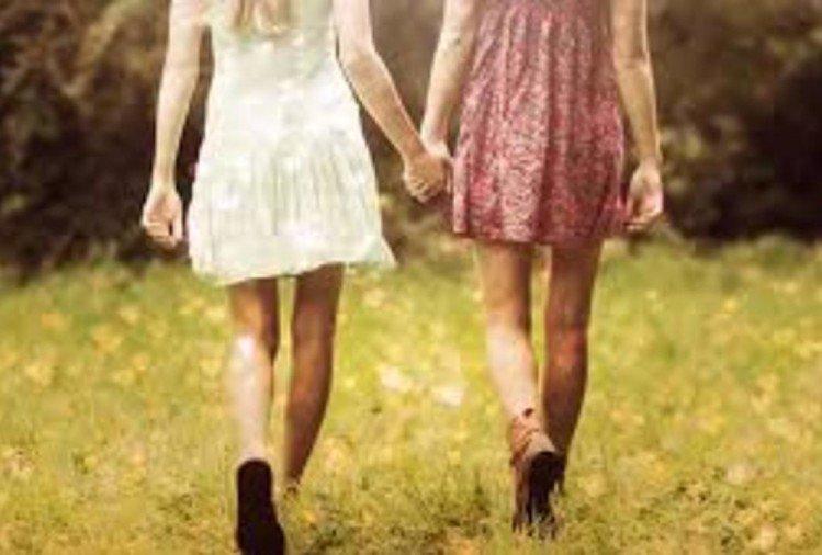 girls-holding-hands_1520927164