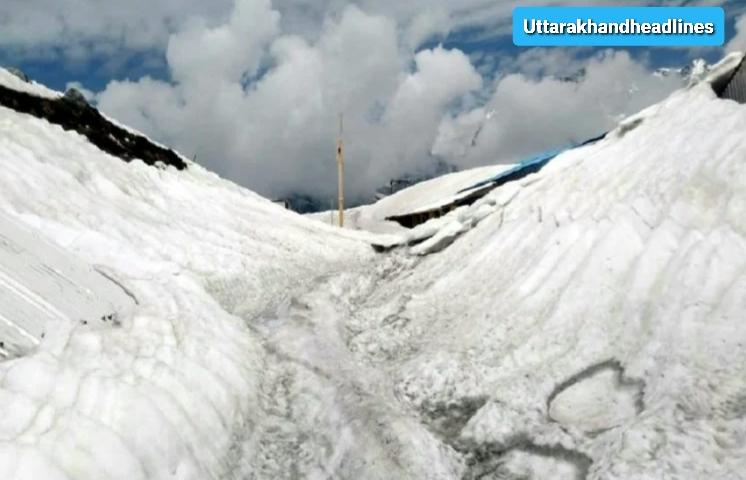 हेमकुंड साहिब अभी भी ओढ़े हुए है बर्फ की चादर