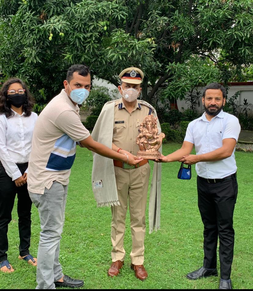DIG कुमाऊं को अधिवक्ताओं ने शाल ओढ़ाकर व श्री गणेश की मूर्ति दे कर दी विदाई